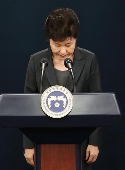 4日、韓国の国民向けに談話を発表し、謝罪する朴槿恵大統領=ソウルの青瓦台(聯合=共同)