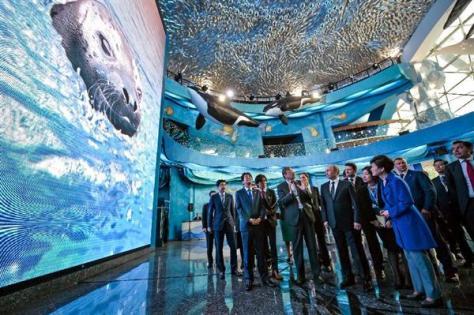 9月3日、露極東ウラジオストクの沿海地方海洋水族館を訪問した各国首脳ら(AP)