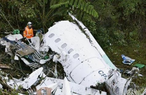29日、コロンビア中部メデジン近郊に墜落し、大破したチャーター機の機体(AP)