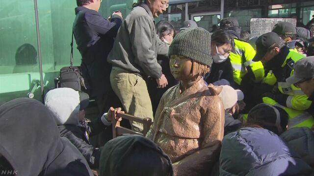 韓国プサンの日本総領事館前 少女像設置を容認 | NHKニュース