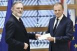 29日、ブリュッセルでEU離脱の通知文書をトゥスク欧州理事会常任議長(右)に手渡す英国のティム・バロウ駐EU大使(AP)
