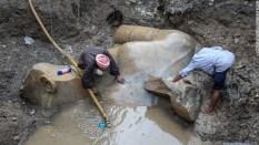 発掘のために排水作業が行われた