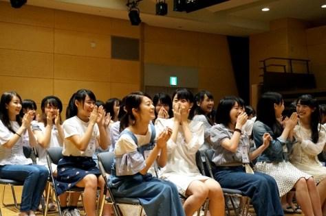 【写真を見る】STU48劇場支配人・山本学氏から発表を聞いて驚くSTU48メンバー