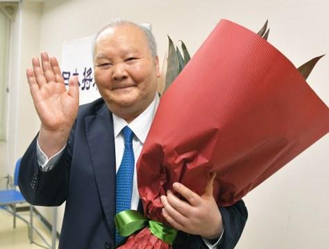 引退会見を終え、花束を抱えて笑顔で手を振る加藤一二三九段=東京都渋谷区の将棋会館で2017年6月30日午後3時26分、手塚耕一郎撮影