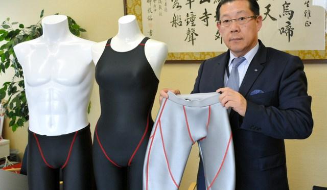 大阪市生野区にある山本化学工業は水着の製造などを手がけ、医薬品は製造していない。練習用水着を持つのは山本富造社長