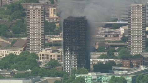 ロンドン高層住宅火災 少なくとも58人死亡か