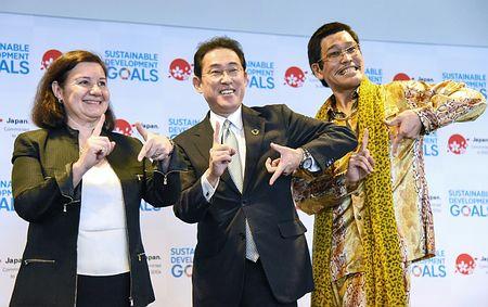「持続可能な開発目標(SDGs)」達成に向けた日本の取り組みをPRする岸田文雄外相(中央)とピコ太郎さん(右)=17日、米ニューヨークの国連本部
