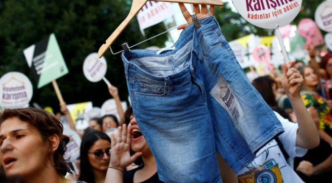 イスタンブールで女性たちが伝統的な衣装の着用に抗議【写真】