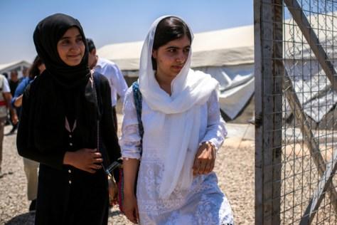 イラク北部アルビル郊外の避難民キャンプで子どもたちと面会したマララさん(右)、(国連難民高等弁務官事務所〈UNHCR〉提供)
