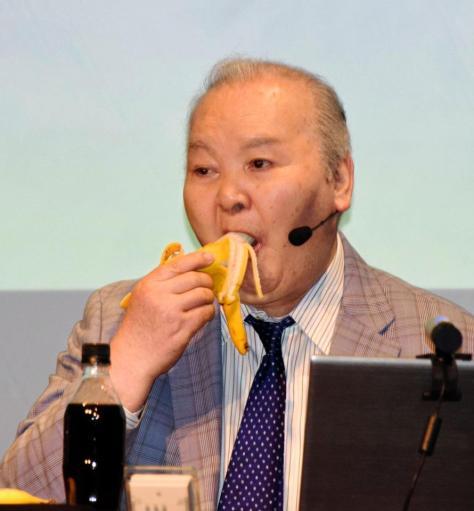 イベント中にバナナをほおばる加藤一二三九段=都内