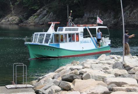 臼ケ浦島に到着した渡船「第5かもめ丸」=香美町香住区