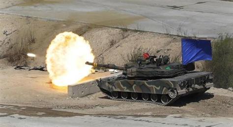 演習で発砲する韓国陸軍のK1A2戦車。K1戦車の主砲を強化し、通信連絡システムも新型としたタイプ(AP)