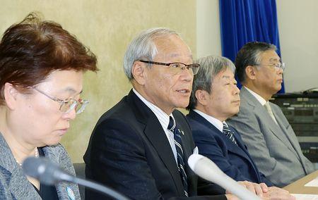 記者会見で屋内全面禁煙を訴える横倉義武・日本医師会会長(左から2人目)ら=9日午後、東京・霞が関