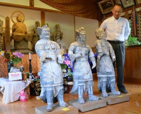 添田町中元寺の薬師堂に戻った「十二神将」の木像3体