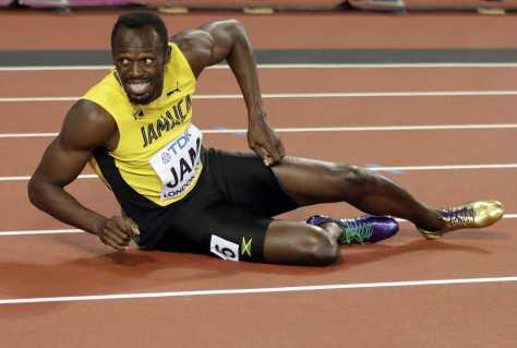 世界陸上男子400メートルリレーのレース中に足を痛め、転倒するボルト(AP)