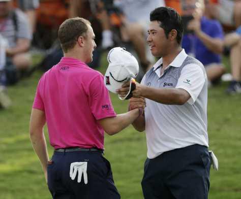 優勝したトーマス(左)と健闘を称え合う松山 (AP)