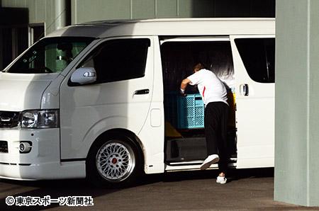 選手の備品を運んで来たらしきワゴン車