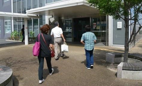 大阪入国管理局に出頭するネリさん(左)と長男(右)=大阪市住之江区で2017年7月26日午前9時50分、金志尚撮影