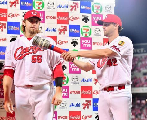 お立ち台でブラッド・エルドレッド(左)に巨大マイクを向ける広島のクリス・ジョンソン=マツダスタジアム(撮影・吉澤敬太)