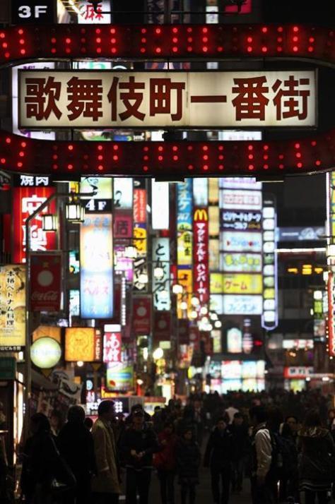 無数のネオンが輝く繁華街。性風俗業界で働く女性も多い=東京都新宿区(松本健吾撮影)