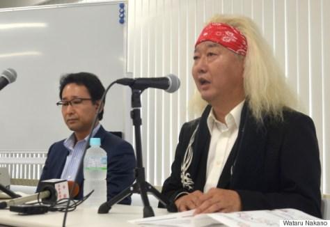 会見するファンキー末吉さん(右)と鈴木仁志弁護士=東京都千代田区