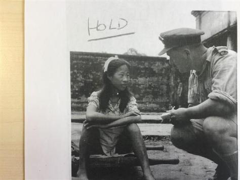 ビルマ・ラングーン(当時)の日本軍捕虜収容所で尋問を受ける慰安婦だったとされる中国人少女の写真。英軍兵士が1945年8月8日に撮影(英帝国戦争博物館所蔵)