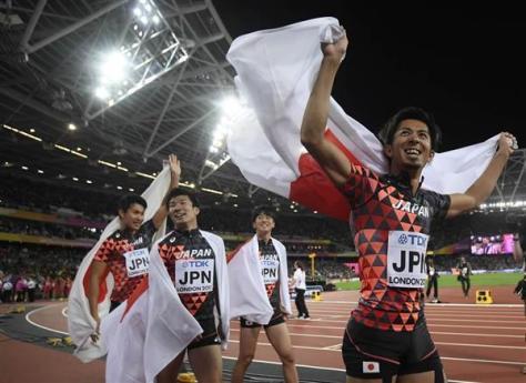 男子400メートルリレー決勝で3位になり日の丸を掲げる日本の選手たち=12日、ロンドン(ロイター)