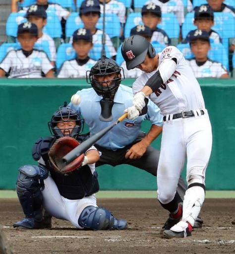 天理戦の五回に個人1大会最多本塁打記録の6本目となる本塁打を放つ広陵・中村奨成捕手=甲子園球場