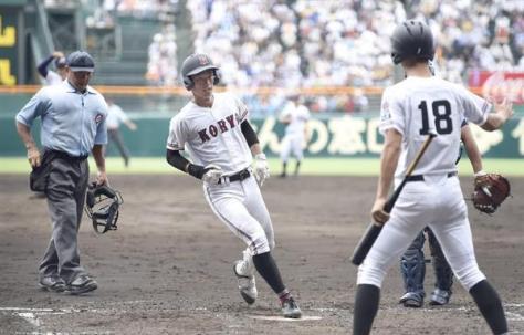 天理戦の五回に本塁打を放ち、ホームインする広陵・中村奨成捕手。個人1大会最多本塁打記録となる6本目となった=甲子園球場