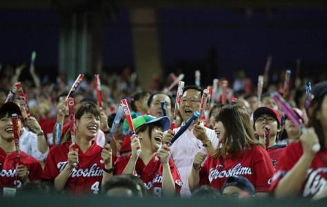 初回6点の猛攻に大盛り上がりの広島ファン(カメラ・渡辺 了文)