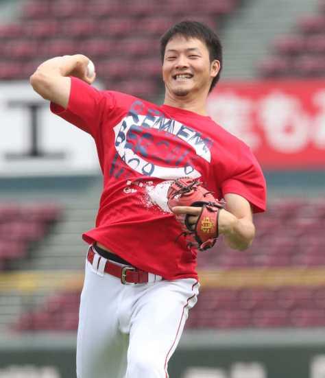 昨年、日本ハムに日本一を奪われた日付が書かれたTシャツでキャッチボールをする薮田