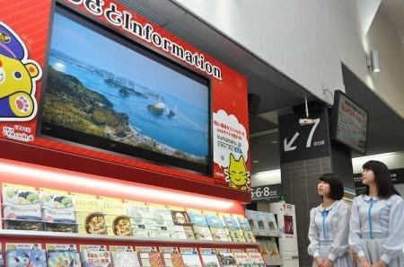 岡山駅の在来線コンコースで放映されているSTU48のプロモーションビデオ