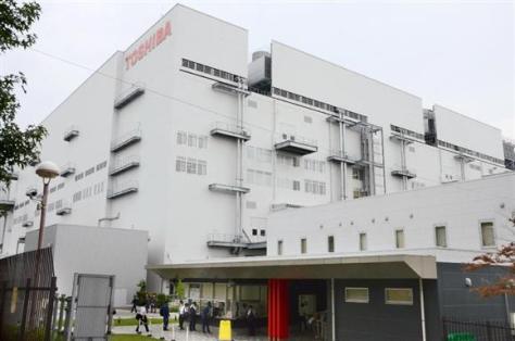 東芝の半導体子会社「東芝メモリ」の四日市工場=20日、三重県四日市市
