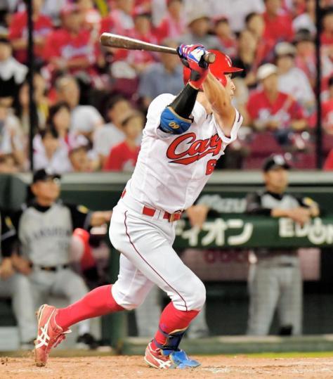 5回広島2死一塁、左中間に勝ち越しの適時三塁打を放つ安部友裕=マツダスタジアム(撮影・吉澤敬太)