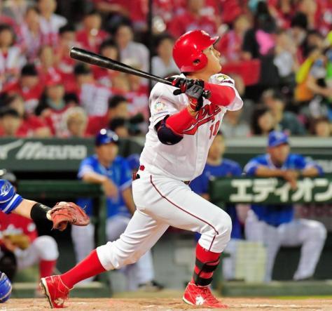 6回広島2死二、三塁、右前に2点適時打を放つ岩本貴裕=マツダスタジアム(撮影・吉澤敬太)