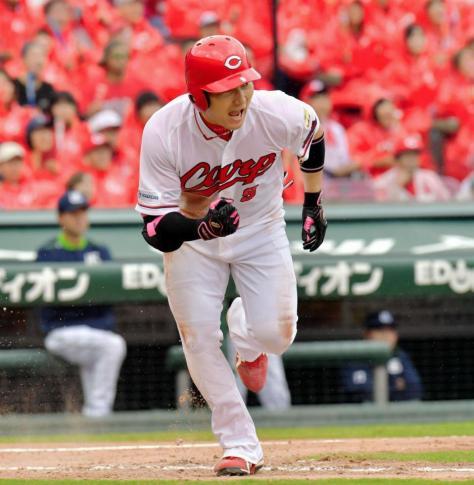 3回広島1死満塁、右前に先制の2点適時打を放ち、ほえる丸佳浩=マツダスタジアム(撮影・吉澤敬太)