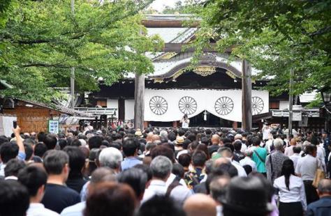 72回目の「終戦の日」を迎えた靖国神社で黙とうする多くの参拝客=8月15日午前、東京都千代田区・靖国神社(納冨康撮影)