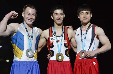 体操世界選手権種目別跳馬の表彰式で金メダルに笑顔の白井(AP)
