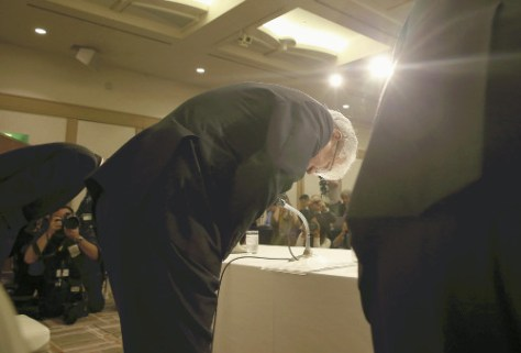 記者会見で謝罪する神戸製鋼所の川崎博也会長兼社長(13日午後5時、東京都港区で)=若杉和希撮影