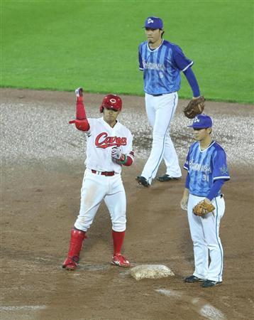 5回、先制2点打と相手エラーで二塁へ進塁しガッツポーズの広島・田中。大きな先制点となった=マツダスタジアム(撮影・山田喜貴)(写真:サンケイスポーツ)