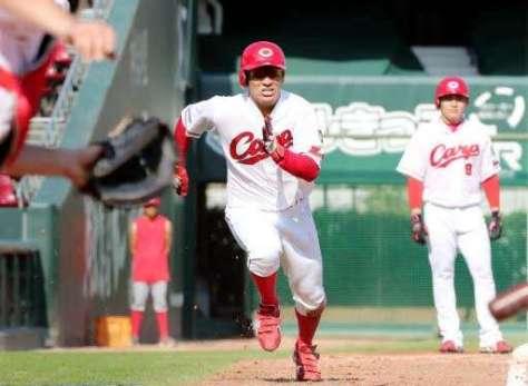 最多盗塁と最高出塁率の2冠に輝いた田中。後方は最多安打を獲得した丸(撮影・山下悟史)