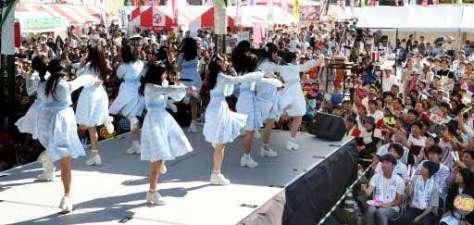 多くの市民でにぎわった中国新聞ちゅーピーまつり。アイドルグループ「STU48」は「瀬戸内の声」など6曲を歌い上げ、ファンを魅了した