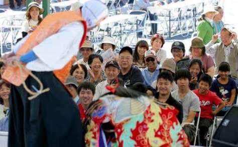 上河内神楽団のコミカルなしぐさに、観客席は笑いに包まれた