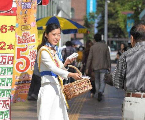 新登場した「ハロウィンジャンボ宝くじ」の発売をPRする「幸福の女神」=福岡市中央区天神で2017年10月11日午前9時35分、徳野仁子撮影