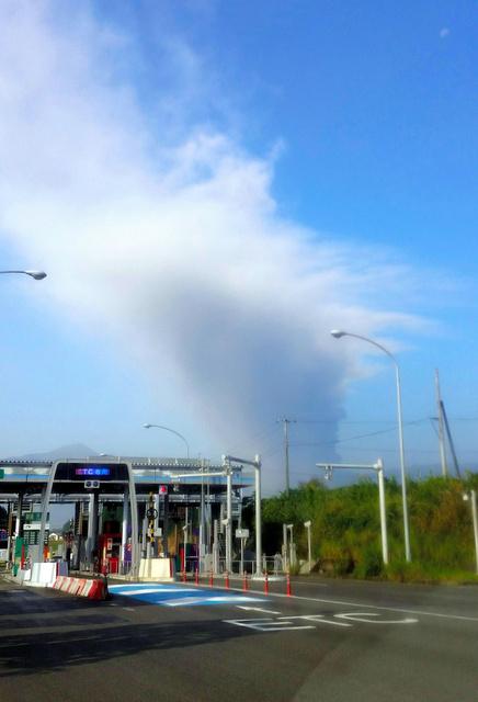 新燃岳から上がった噴煙=11日午前8時46分、宮崎県高原町の高原インターチェンジ、寺師祥一撮影