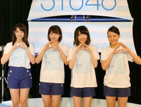 インタビューで岡山にちなんでモモのマークをつくる(左から)瀧野さん、藤原さん、張さん、菅原さん