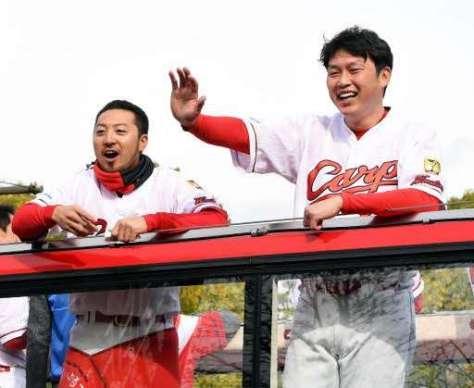 沿道からの声援に笑顔で応える菊池(左)と新井(撮影・高橋洋史)