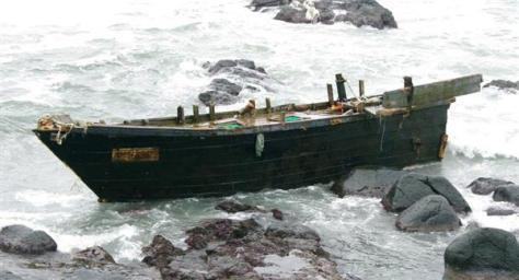 海岸に漂着した国籍不明の木造船=山形県鶴岡市五十川八斗島の地蔵下海岸(酒田海上保安部提供)