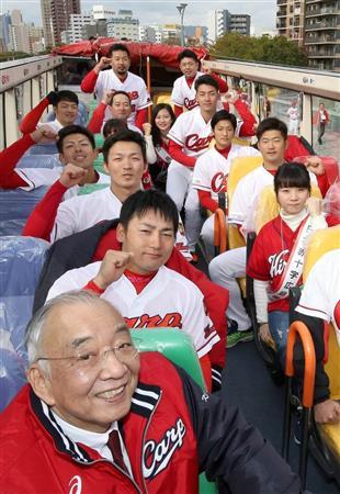 """オープンバスの上で笑顔でポーズをとる(手前から)松田オーナー、丸、鈴木ら。カープ女子も""""相乗り""""した(代表撮影)"""