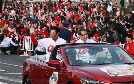 沿道のファンに手を振る広島・緒方監督(左)=広島市中区(撮影・鳥越瑞絵)